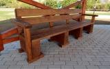 altán u seniorského fitness hřiště je vybaven lavičkami
