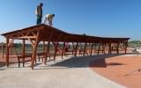 dokončování prací na altánu u dětského hřiště