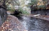 v korytu potoka lze najít i staré matrace