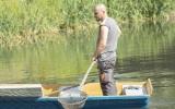 naši zaměstnanci uhynulé ryby odstraňují z vodní hladiny