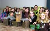 Děti z pražských mateřských a základních škol vyrábějí krmítka a budky pro ptáky