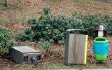 Odpadkový koš vytržený ze země